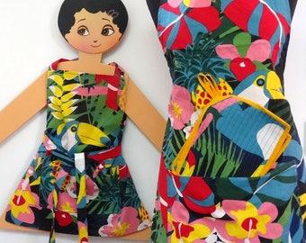 2 Tabliers de cuisine adulte et enfant en toile coton multicolore dessin jungle , assortis à  une paire de manique , à chacun le sien