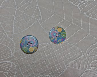 2 wooden buttons blue with flowers