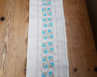 Beautiful turquoise/offwhite embroidered  tablerunner in linen from Sweden