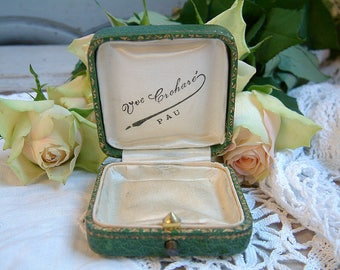Vintage french green jewelry box. Vintage brooch box. Vintage earrings box. Vintage cuff links box. Faux leather box. Vintage jewelry box