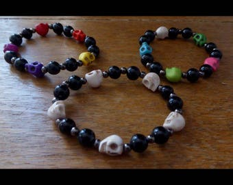 Elasticated beaded bracelet with synthetic howlite skulls