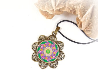 Gift idea for a birthday or expectant mothers: necklace green and purple mandala for get inner calm and energy.