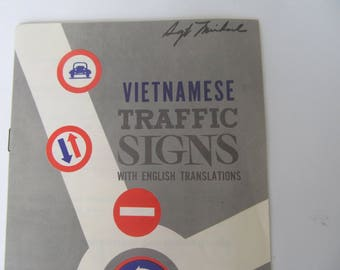 Vintage Paperback - Vitnamese Traffic  Sign  1970  Soldier   Vietnam Book
