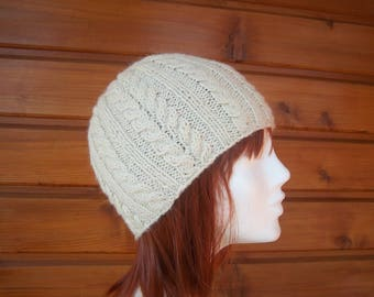 Hat with cables in wool (white)