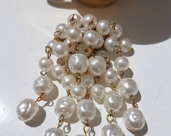 A pretty cascade of Baroque pearls dangle drop brooch, goldtone.
