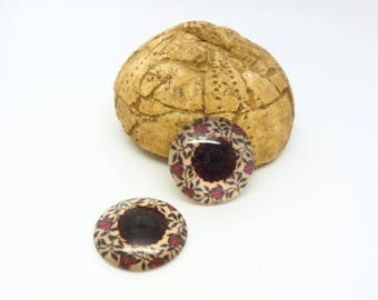 2 glass cabochons 18mm red and beige floral pattern (SFCV07)