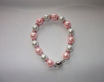 Cute and trendy bracelet white pearls and pink powdered