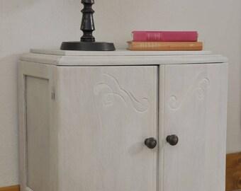 Petit meuble ancien rénové à la cire blanche