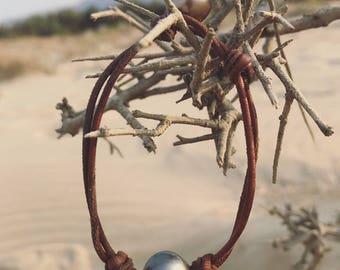 Perle de tahiti et cuir bracelet noire argenté perle hippie boho surf style bijoux plage