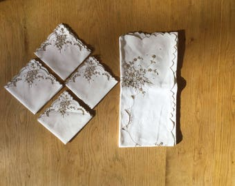 Embroidered Table Cloth and Matching Napkins, vintage table linen