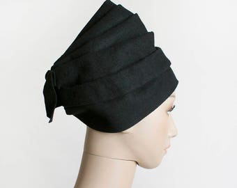 Vintage 1950s Hat - Queen of The Nile Nefertiti - Black Sculpted Pleated Felt Hat with Bow - Sonni