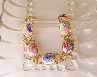 Gold Chain Link Bracelet with Pretty Flowers