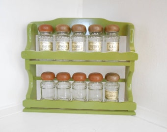 Wooden Spice Rack and Jars Country Spice Rack, Vintage Kitchen, Country Chic, Spice Rack Organization, Cooking, Spice, Vintage Storage