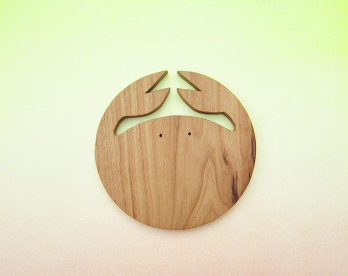 Chopping board in natural wood, wooden serving in crab shape