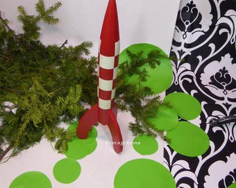 Moon rocket Tintin. 67cm wooden statue. Hand made. Hand painted. Destination Moon. Hergé symbol. Red and white checkered. 70 years