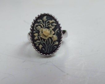 Beautiful Sterling Silver Ring With A Yellow Flower Pattern with Black Background with Silver Ball Accents Size 7 1/4 Vintage Ladies Jewelry