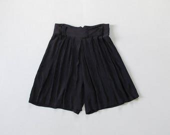 90s crinkle shorts / loose fit high waisted shorts / minimal black plisse pleat shorts / womens M - L
