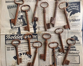 Set of 13 French vintage rusted door keys , decoration item from France, ref 110