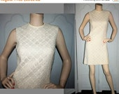 20% OFF Vintage 60's Cream Shift Dress in Textured Woven Fabric. Small.