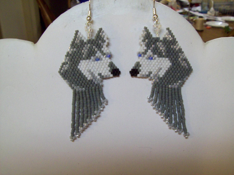 Американка Илэйн Херрингтон занимается тем, что создает из бисера украшения с мотивами собак и волков.