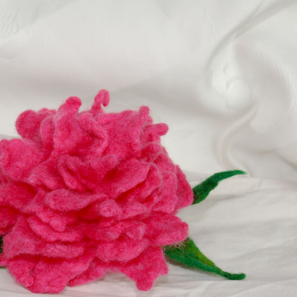 Bright pink peony- felted brooch - katinytis
