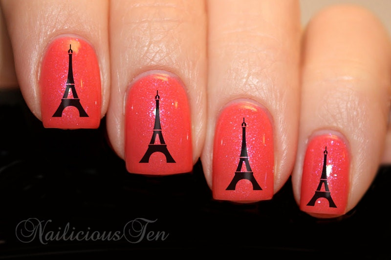 Эйфелева башня на ногтях