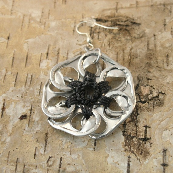 pop tab flower earrings - black, crochet