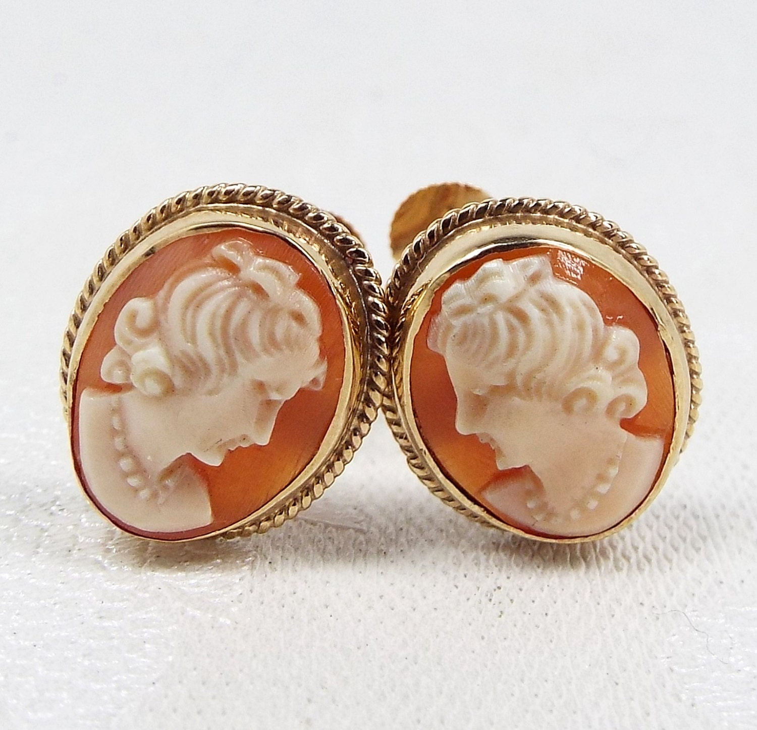 SALE! Vintage  Classic 9ct Gold Carved Cameo Ladies Framed Screw Back Earrings