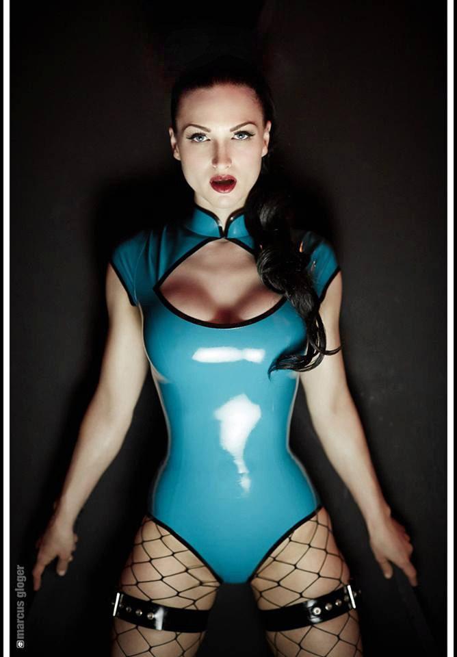 Latex attired female Latex Lucy sucking vibrator before inserting it in twat № 958744 загрузить