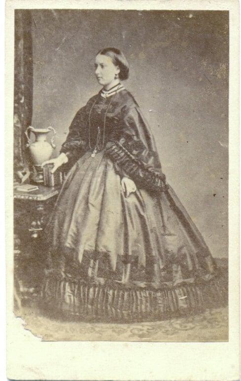 Victorian Lady - Carte de Visite Photograph c. 1860s - acanthe