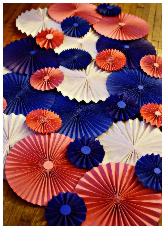 Объемные цветы из бумаги своими руками для украшения фото