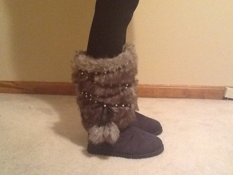 gray furry ugg style boots detailed with pearls grauen by. Black Bedroom Furniture Sets. Home Design Ideas