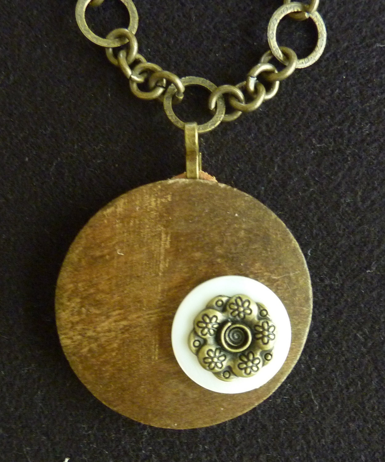 THE ROMANCE Pendant. Round solid wood pendant, with  nacar ring and metal flower.Metal chain with magnetic closure.