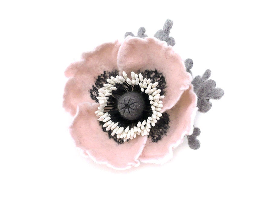 Felt flower brooch pale pink Poppy - Roltinica