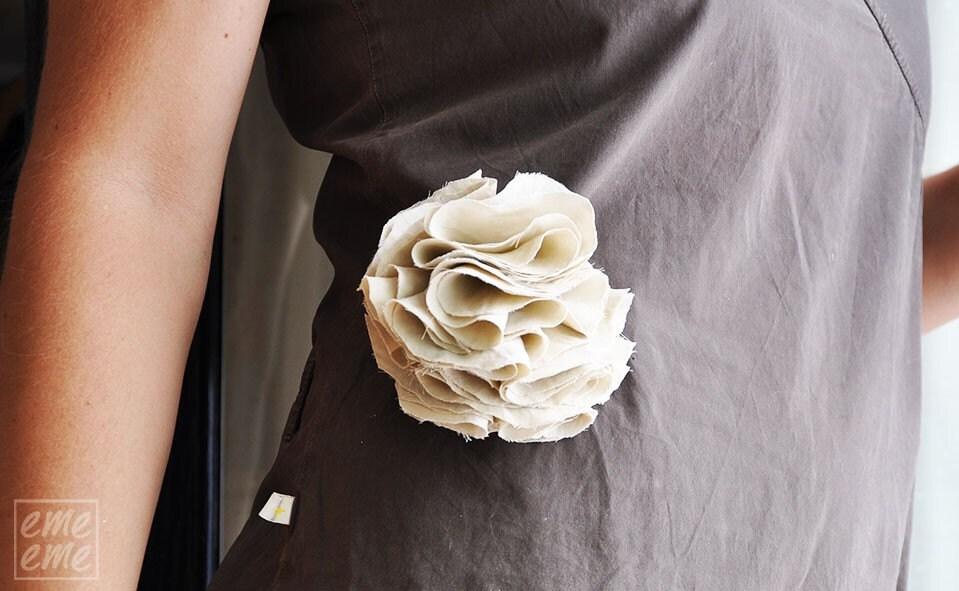 Brooch Beige flower - emeeme