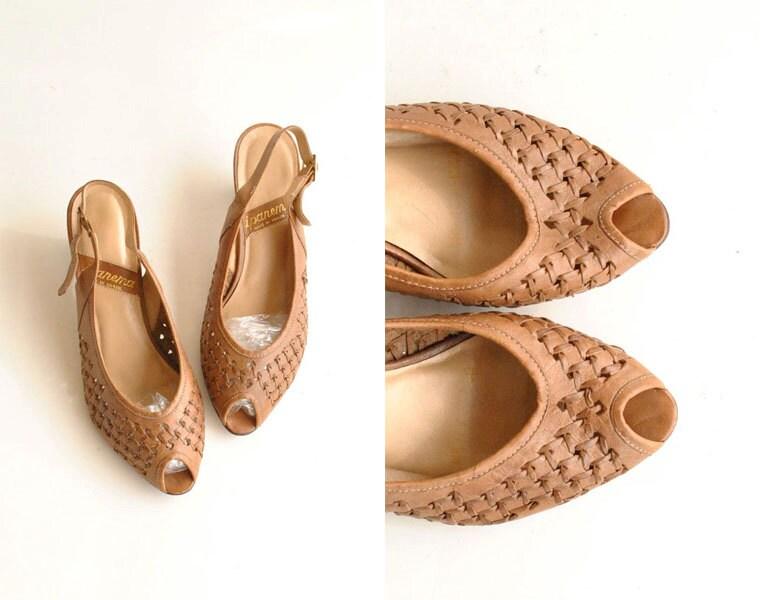 Woven Sandals  Sz 8.5  //   Peep Toe Sandals Size 8 1/2   //  CARAMEL TOFFEE - VintageUrbanRenewal