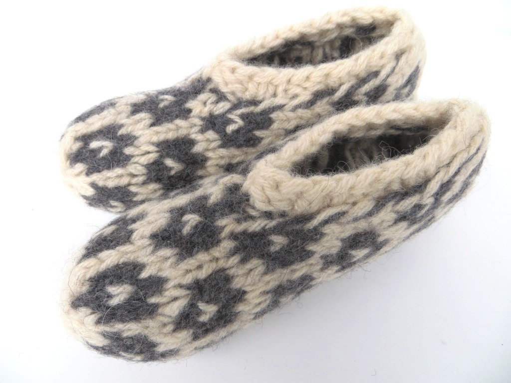 "Natural eco friendly felt slippers ""Katla"", size S, organic wool, knitted, felted, white, dark gray/grey, charcoal, OOAK, one of a kind - FILZKATZE"