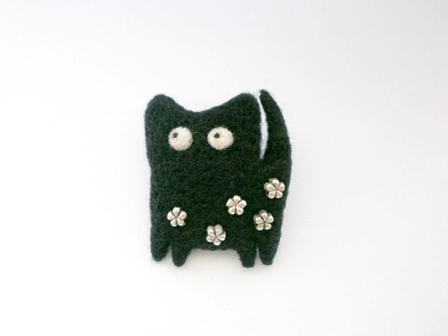 Autumn brooch, Black cat brooch, Needle felted pin, Monohrome, Black and silver, Animal brooch, Soft wool miniature, OOAK accessory - CreativeAtelierBg