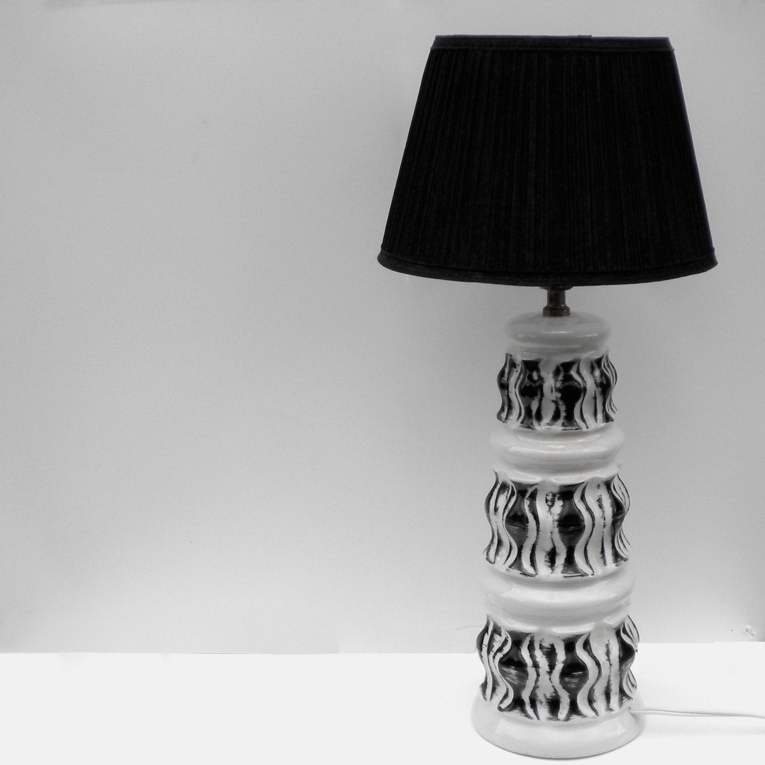 Vintage Black and White Mod Lamp - greenhomeroad