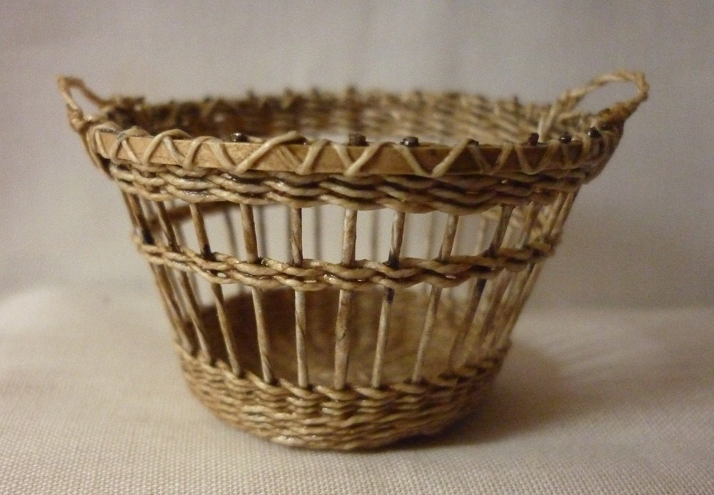 CDHM Artisan Lidi Stroud, IGMA Artisan of Into Minis hand weaves dollhouse miniature baskets in 1:12 scale