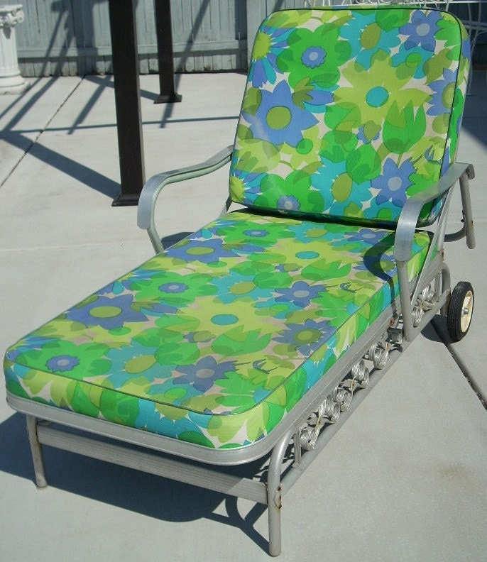 Vintage aluminum patio chaise lounge chair by diantiques for Aluminum patio chaise lounge