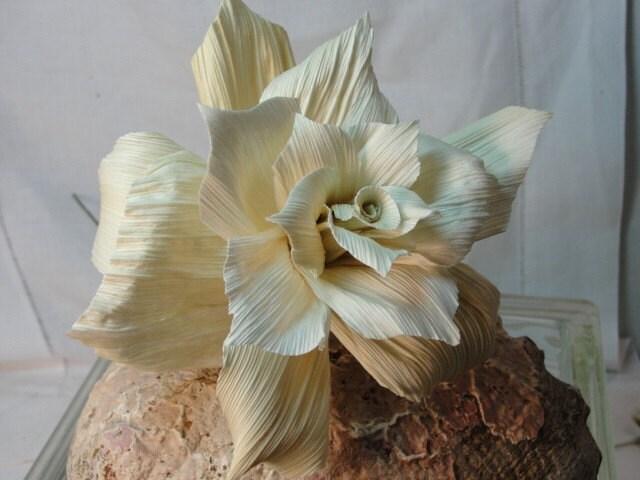 Прекрасные цветы из листьев кукурузных початков. Идеи, мастер-классы