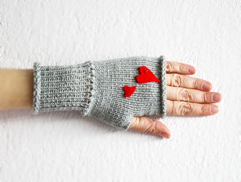 Grey Valentine's day heart mittens, Heart Gloves, Fingerless Grey Gloves with Red Felt Heart, Heart Fingerless Mittens - MarryGKnitCrochet