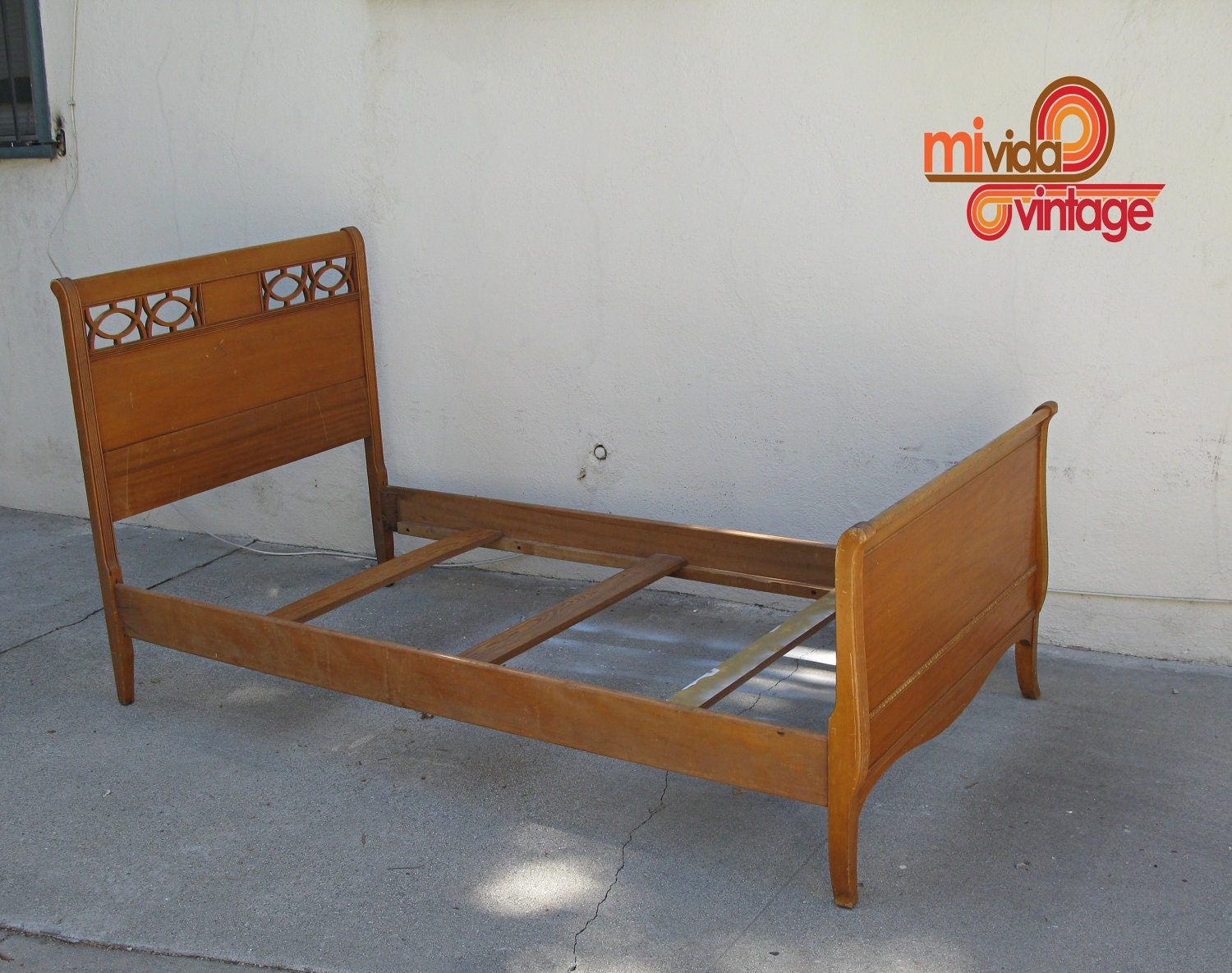 Vintage mid century modern wooden twin bed by mividavintagela for Cute twin bed frames
