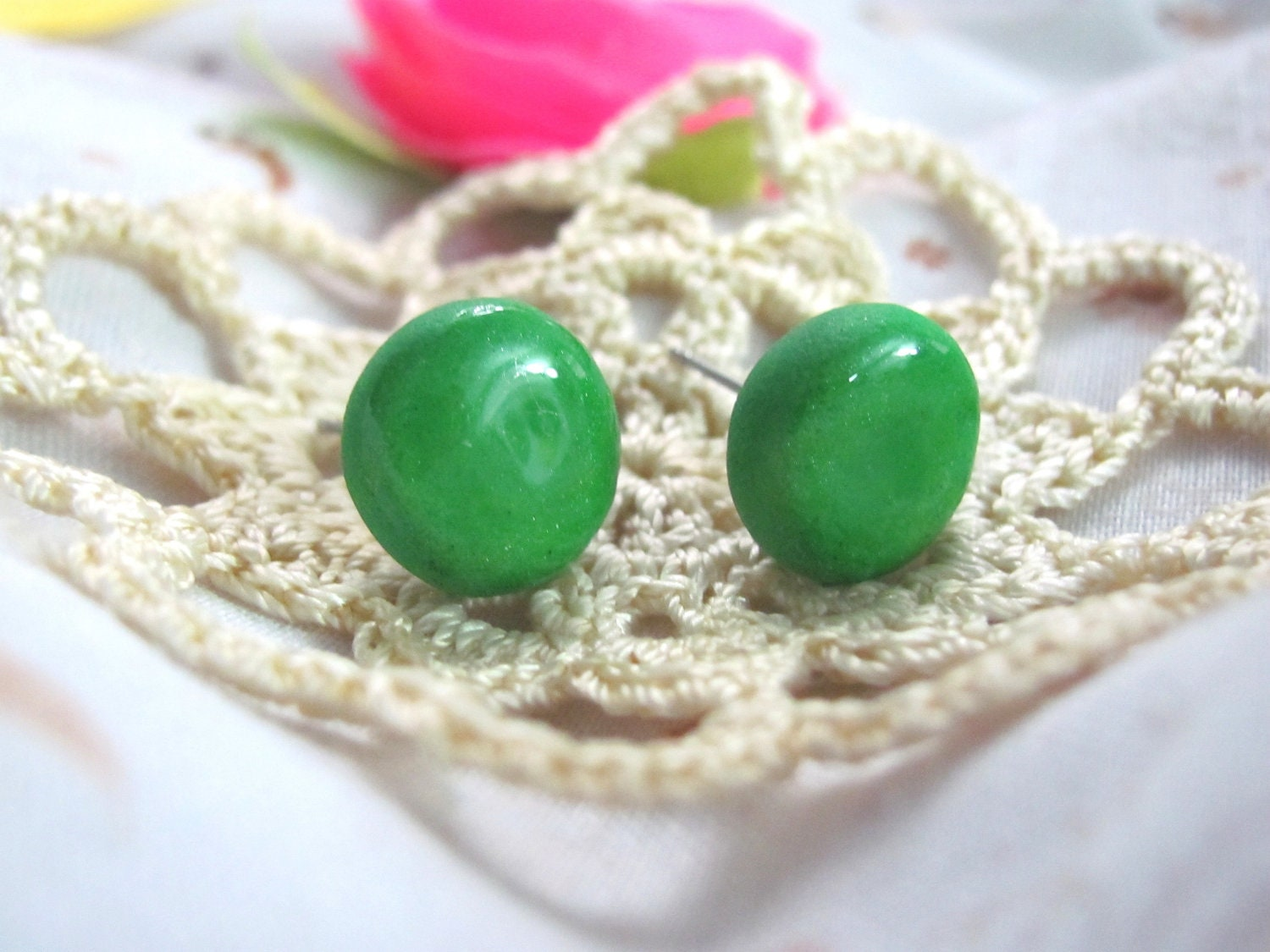 Lime - A pair of round stud earrings