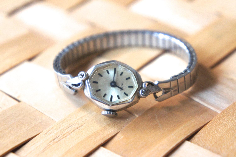 how to open bezel watch
