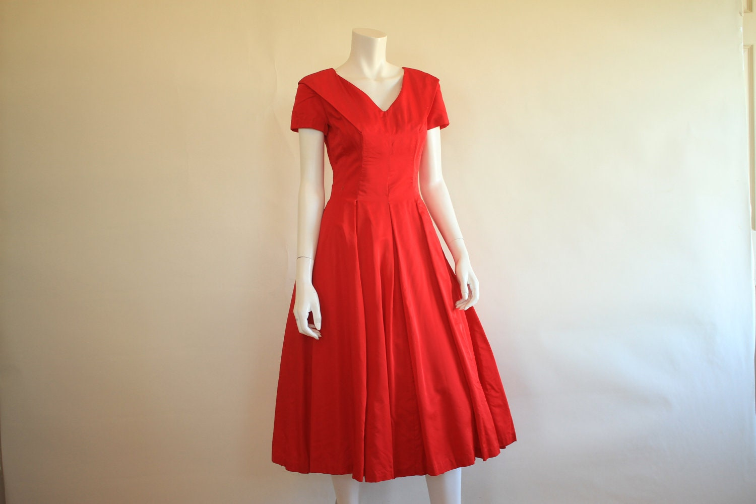 Vintage 1950s Dress /  50s Holiday Red Taffeta / New Look / Rockabilly / Audrey / S - ladyscarletts