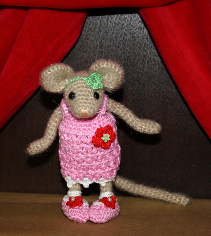 Amigurumi Mouse : Amigurumi MOUSE FEMALE crochet pattern by CAROcreated on Etsy