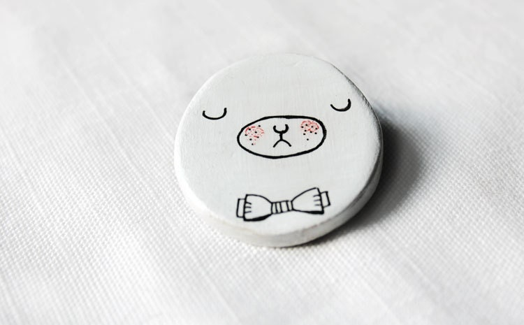 Illustration clay brooch. Brooch, teddy bear with bow tie. Clay and hand painted. - Nokike