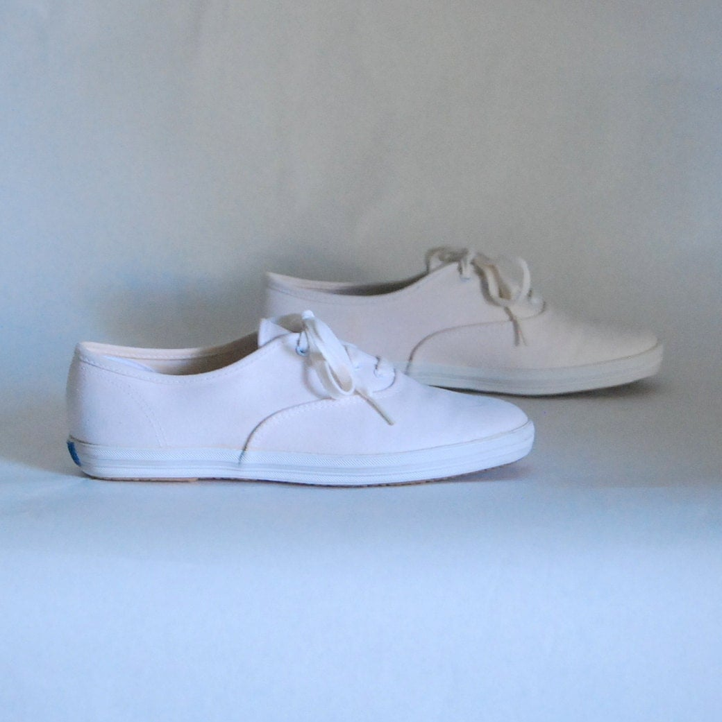 30 sale size 7 canvas shoes 80s white by maefairvintage